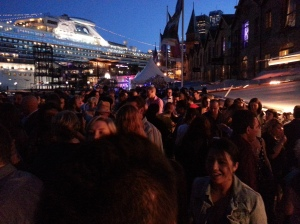 the crowd (& the Dawn Princess docked at Circular Quay)